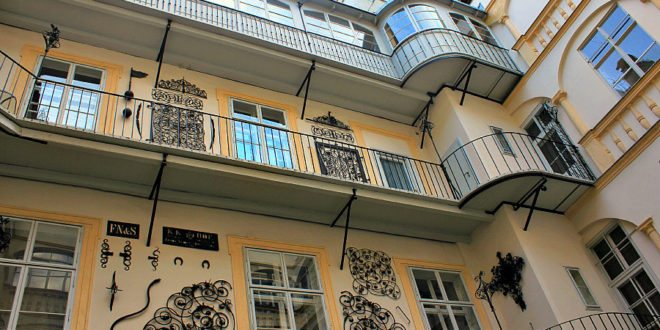 Things to do in Vienna March: courtyards tour