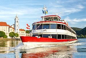 Wachau boat trip: ship at Duernstein