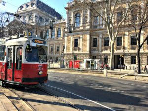 Ringstrasse Vienna: tramway in front of University