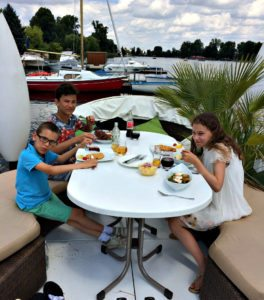 Vienna boat tour: floating lunch
