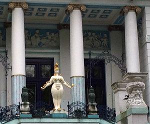 Otto Wagner Villa: Ernst Fuchs statue