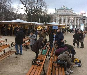 Schlittschuhe auf der Eisbahn Wiener Eistraum anziehen