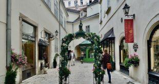 Vienna Tours self guided: Michaelerplatz passageway in Vienna